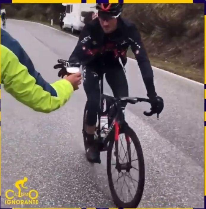 Un petit rafraichissement pour Gianni Moscon sur les pentes du Passo Giau.