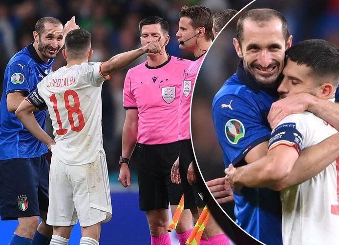 Giorgio Chiellini en Jordi Alba dolden wat bij de toss voor de beslissende strafschoppenreeks bij Italië-Spanje.