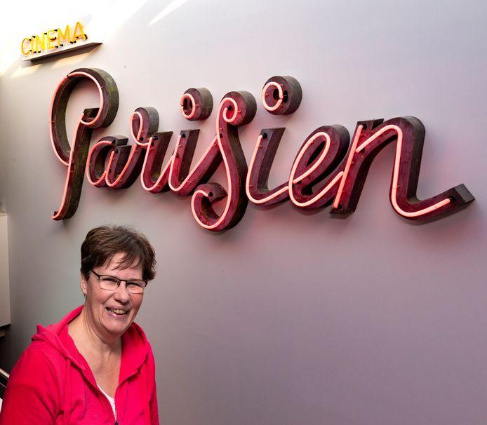 Yvonne Hobbelen-Amels voor de gevelletters van Cinema Parisien, die nu in het Van der Valk hangen.