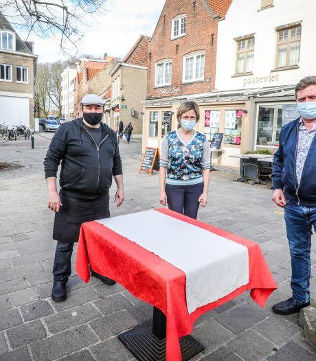 """""""Op een niet-ontsmet bankje mag je drinken, op een ontsmette terrastafel niet: compléét absurd"""": Brugse horeca-uitbaters pleiten voor snelle heropening terrassen"""