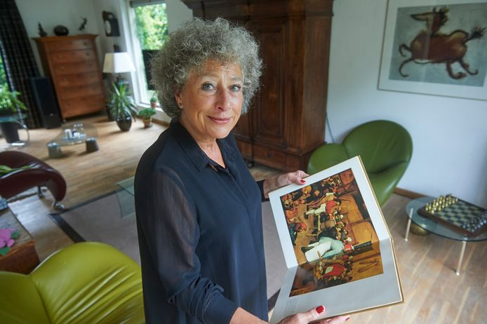 """Kunsthistorica Marie Christine Walraven uit Oss geeft in een lezing over """"Boeren in de kunst"""". Fotograaf: Van Assendelft/Jeroen Appels"""