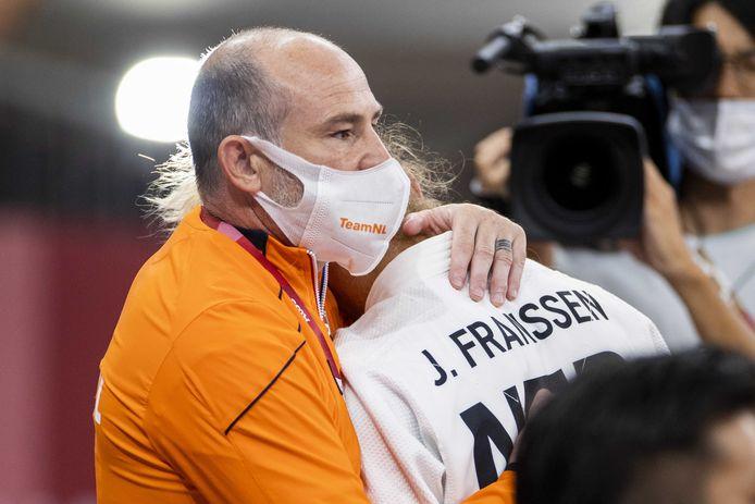 Juul Franssen zoekt troost bij haar coach na het verliezen van de bronzen strijd.