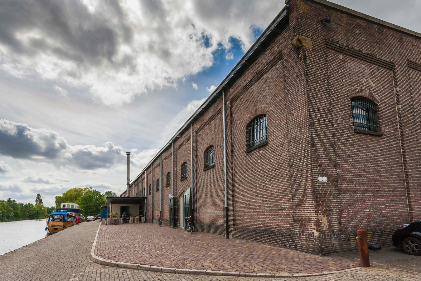 Het voormalige suikerentrepot in Standdaarbuiten aan de Dintel is een rijksmonument.