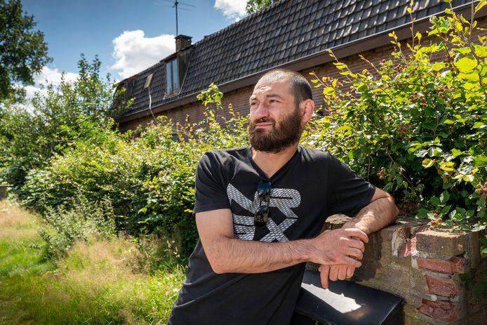 Alexandru Balint voor de vervallen boerderij aan de Bosrand in Boxtel.