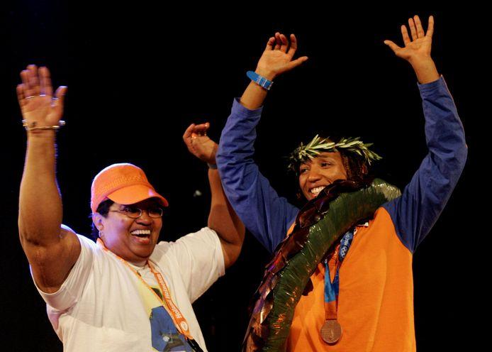 Deborah Gravenstijn samen met haar moeder op het podium tijdens de huldiging van de bronzen medaillewinnares in het Holland House in Athene.