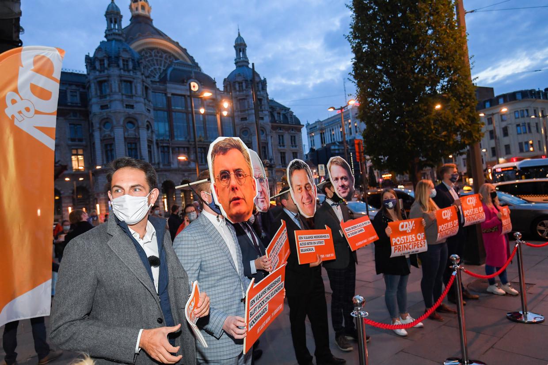 Vlaams Belang-voorzitter Tom Van Grieken en partijleden protesteren aan de deuren van een congres van CD&V tegen de Vivaldi-regering. Beeld BELGA