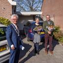Burgemeester Jac Klijs van Moerdijk beleefde maandag zijn laatste lintjesregen. Hij maakte een rondje door de gemeente om de koninklijke onderscheidingen coronaproof uit te reiken, zoals aan het echtpaar Cees en Corrie Machielsen uit Zevenbergen. Ook locoburgemeester Eef Schoneveld ging op pad want er waren dit jaar achttien lintjes. Klijs stopt op 1 juni als burgemeester.