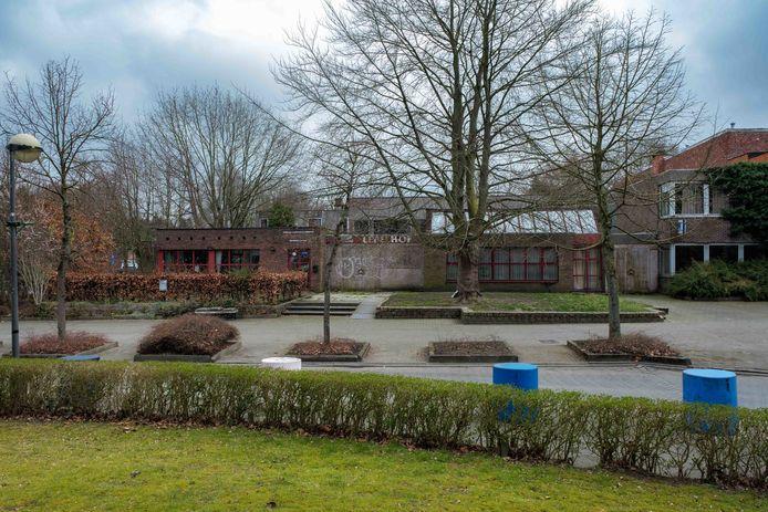 Het oude parochiecentrum ligt er al jaren verloederd bij.