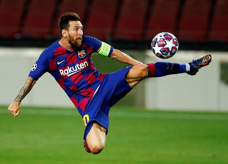 Barcelona-ster Lionel Messi plukt een bal uit de lucht in de Champions League-match tegen Napoli, zaterdagavond. Beeld EPA