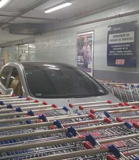 Man parkeert verkeerd, auto ingesloten door winkelwagens