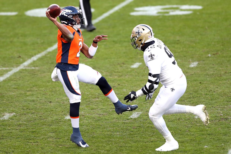 Kendall Hinton van de Denver Broncos verstuurt een pass in het duel met de New Orleans Saints.  Beeld AFP