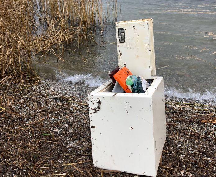 De gevonden kluis blijkt afkomstig te zijn van een inbraak en bevat allerlei persoonlijke spullen.
