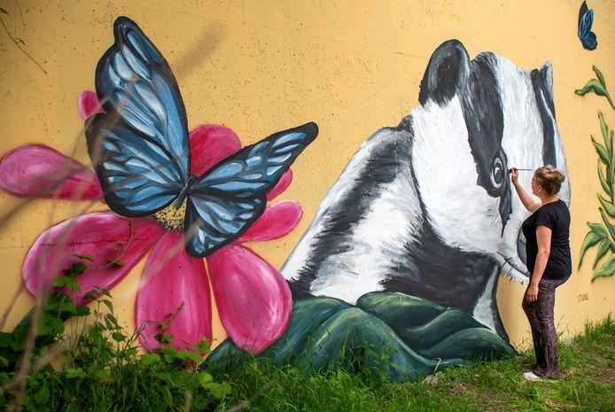 Karline Linsen heeft de muren van het viaduct de Hoge Schaaf aan de Brem onder de A77 opgeknapt met mooie muurschilderingen zoals een Toekan en een Das.
