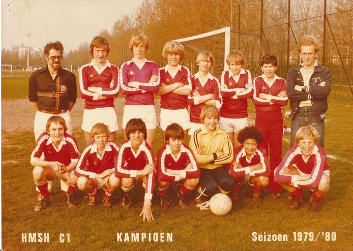 De elftalfoto van HMSH C1 van kampioensseizoen 1979-1980. Leider Ed Vuijk staand helemaal rechts. Andro Knel zittend tweede van rechts.