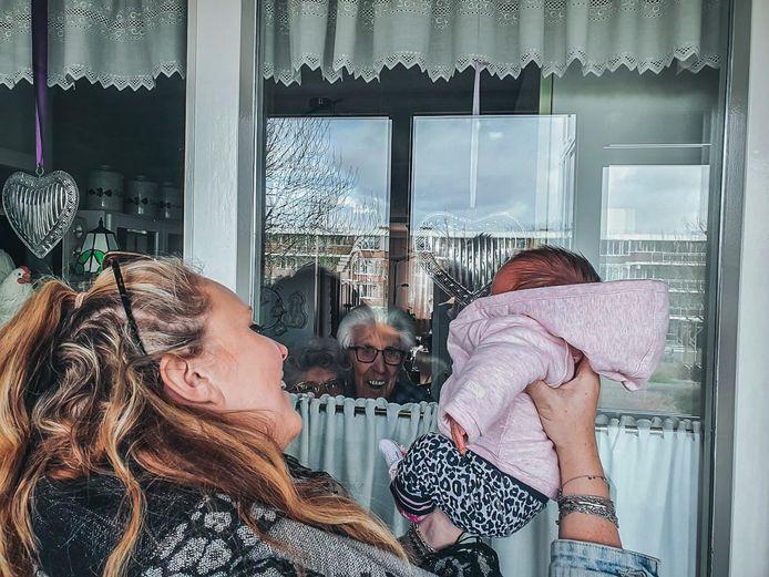 Oma vloeide de tranen rijkelijk en opa stond te glunderen met een grote lach op zijn gezicht, kijkend door het glas naar kleindochter Liv