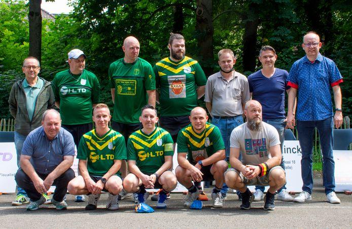 De ploeg van Amis Réunis Buizingen zondag gefotografeerd met het bestuur en voorzitter Thierry Dufour (uiterst rechts)