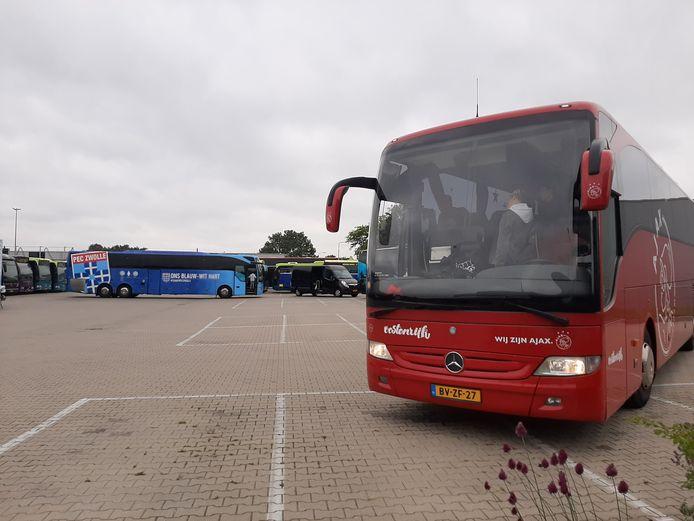 De spelersbussen van Ajax en PEC Zwolle stonden zaterdag op het terrein van touringcarbedrijf South West Tours in Dalfsen.
