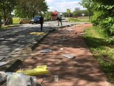 Pallets van vrachtwagen donderen bijna op busje in Poederoijen: 'Door het oog van de naald gekropen'