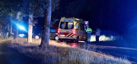 Auto botst tegen boom tussen Rossum en Oldenzaal, N736 dicht