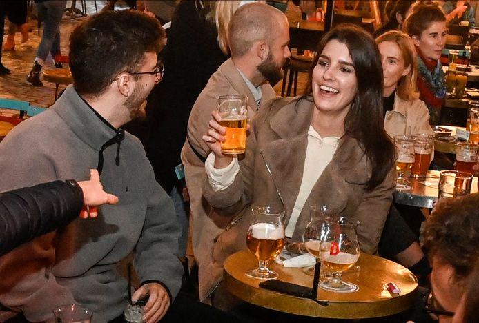 Des gens profitent de la terrasse d'un bar bruxellois, le 26 septembre 2020.