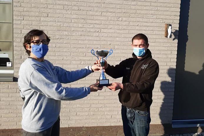 Kevin Baert heeft de wisselbeker 2020 gewonnen bij de Ninoofse Zwerfvuiljagers. Hij ontving de beker van Catherine Vannoorden, de winnares van 2019.