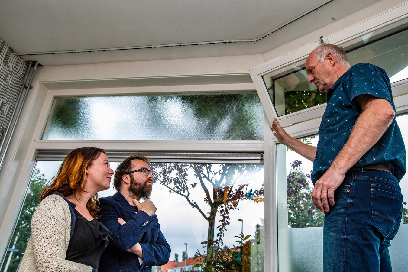 Energiecoach Bert de Waal laat twee Deventenaren zien waar hun huis verduurzaamd kan worden.