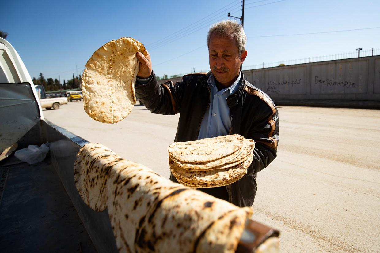 Hussein Salmo laat de platte broden rusten op zijn pick-uptruck in Qamishli, een stad aan de Syrisch-Turkse grens. Beeld Delil Souleiman