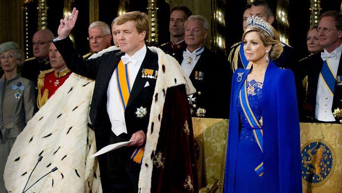 Koning Willem-Alexander (links) legt de eed tijdens zijn inhuldiging in De Nieuwe Kerk. Rechts: Koningin Máxima.