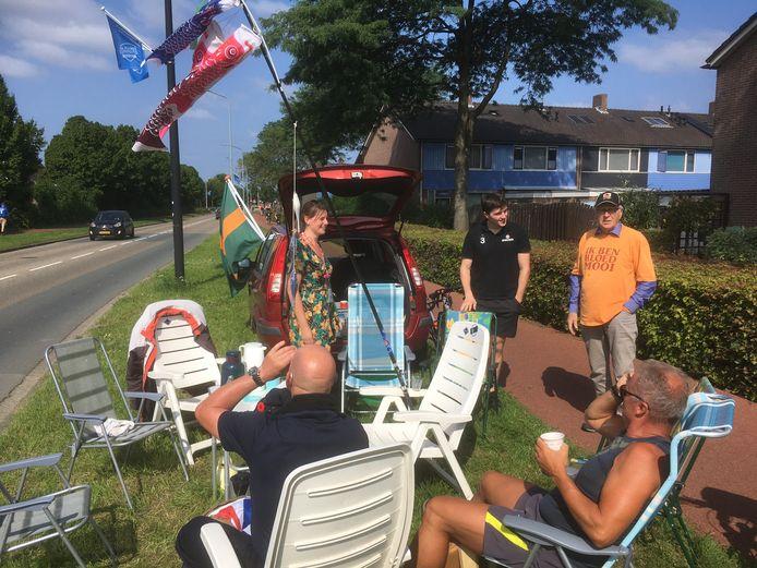Rinus van den Bosch (rechts in oranje T-shirt) verblijdt enkele wandelaars tijdens de alternatieve Vierdaagse met een gratis kop koffie.
