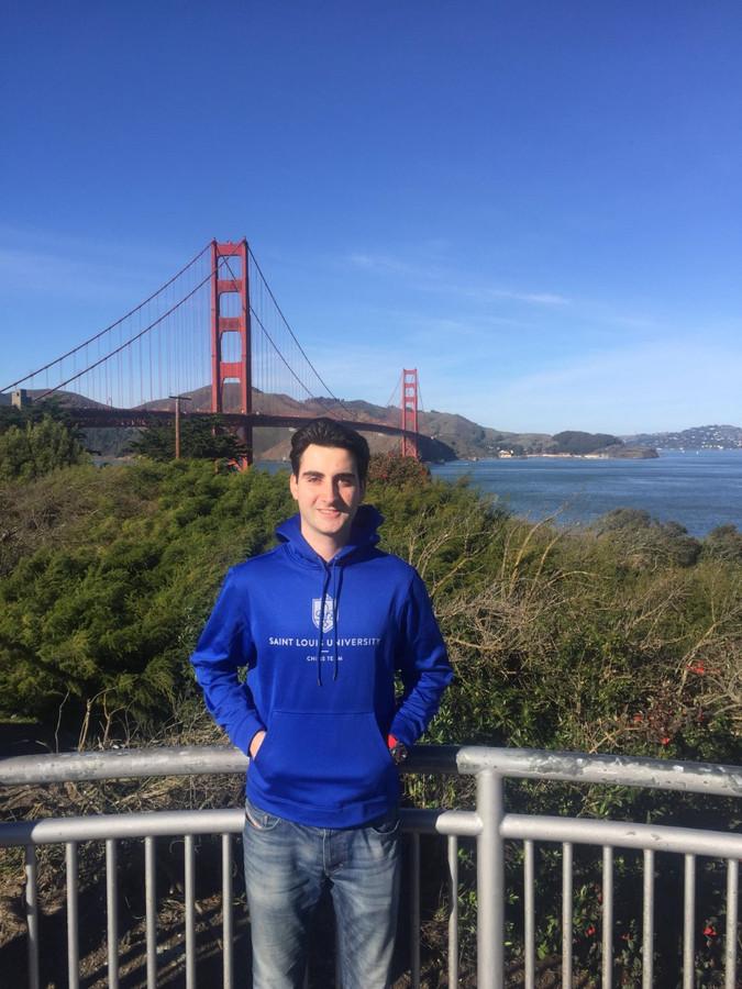 Benjamin Bok voor een toernooi in San Francisco, met op de achtergrond de Golden Gate Bridge.