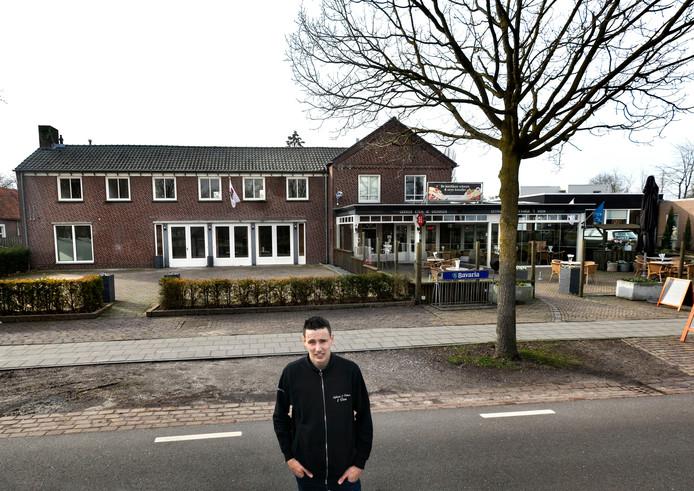"""Jan Mennen voor zijn cafetaria en eethuis 't Veen in Helenaveen: ,,Het is hier doorgaans druk en gezellig."""""""