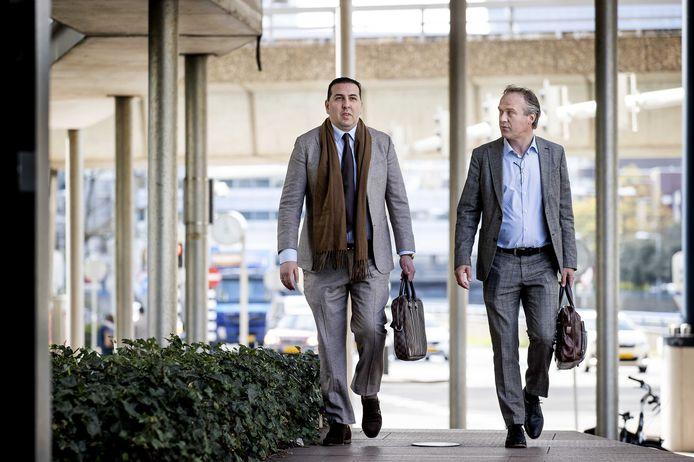 Algemeen directeur Mohammed Hamdi en financieel directeur Jachin Wildemans (r.) van ADO Den Haag arriveren bij de rechtbank voor aanvang van het kort geding dat de club aanspant tegen grootaandeelhouder United Vansen. De eredivisieclub doet dat vanwege niet nagekomen betalingsafspraken.