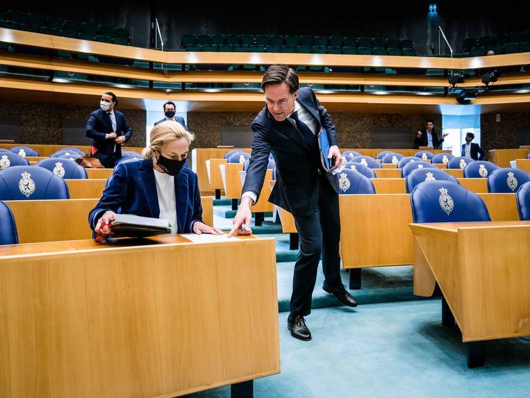 Sigrid Kaag (D66) en Mark Rutte (VVD) dinsdag in de Tweede Kamer, voor het debat over het aanwijzen van een nieuwe informateur.  Beeld ANP