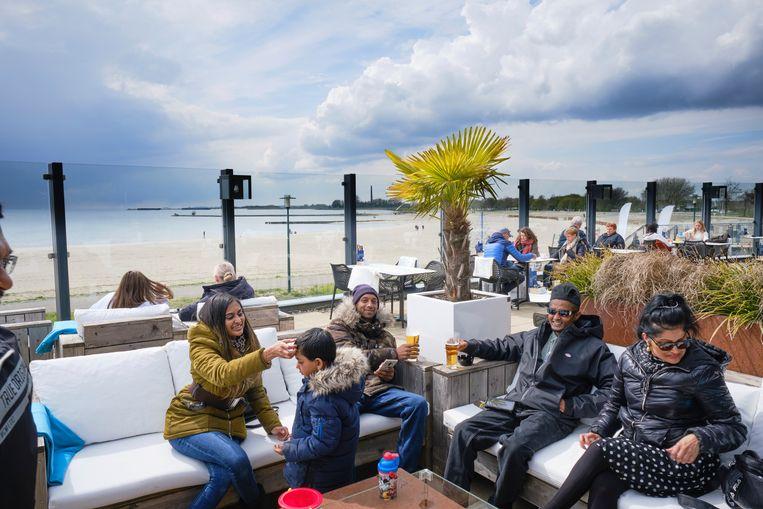 Het terras van Beachclub Lemmer. Beeld Sjaak Verboom