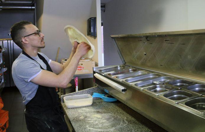 Kaled Charfadi prepareert zijn pizzadeeg.
