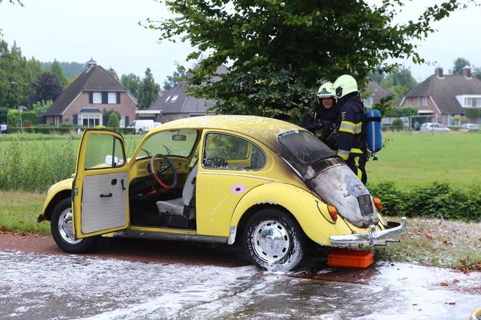 De auto die vlam vatte aan de Floralaan in Schijndel.
