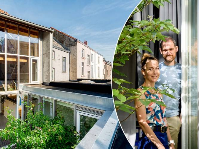 """Jade (42) en Kristof (48) genieten van een zee van licht dankzij glazen achtergevel: """"Dit huis is een voorbeeld van hoe je het meeste uit een compact volume haalt"""""""
