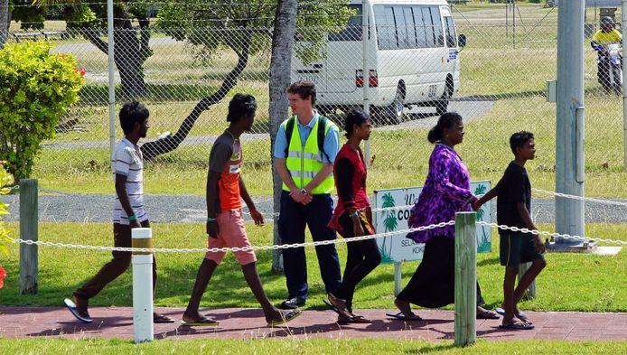 Een groep asielzoekers op weg naar het detentiecentrum in west-Australië