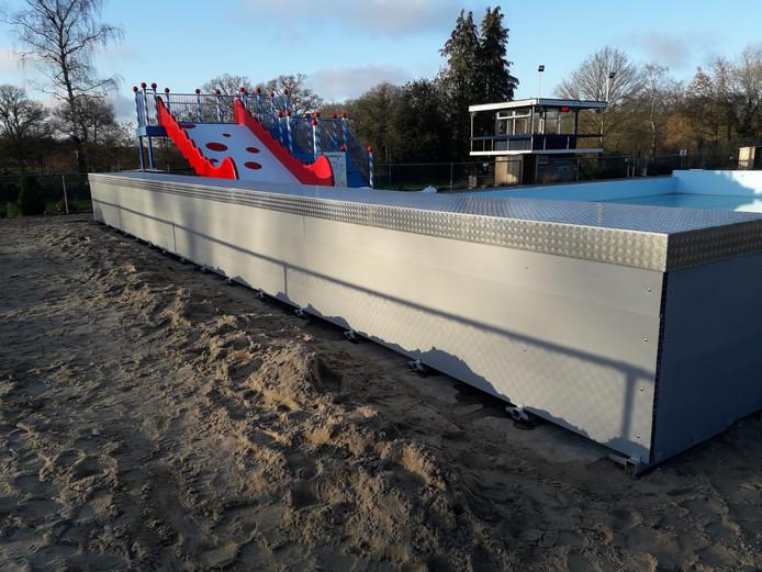 Bij De Groene Jager in Den Ham is de uitschuifbare overkapping voor het zwembad al geïnstalleerd.