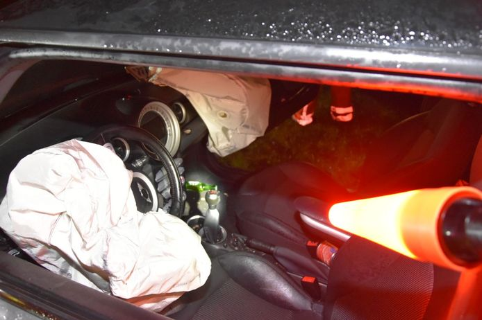 In de mini trof de politie flesjes bier aan na een ongeval.