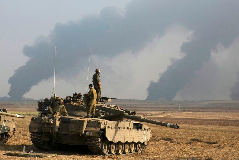 Israelische soldaten staan boven op een tank vlakbij de noordelijke Gazastrook. De Israëlische luchtmacht heeft deze nacht meerdere doelwitten in de Gazastrook gebombardeerd. Volgens het Israëlische leger werden