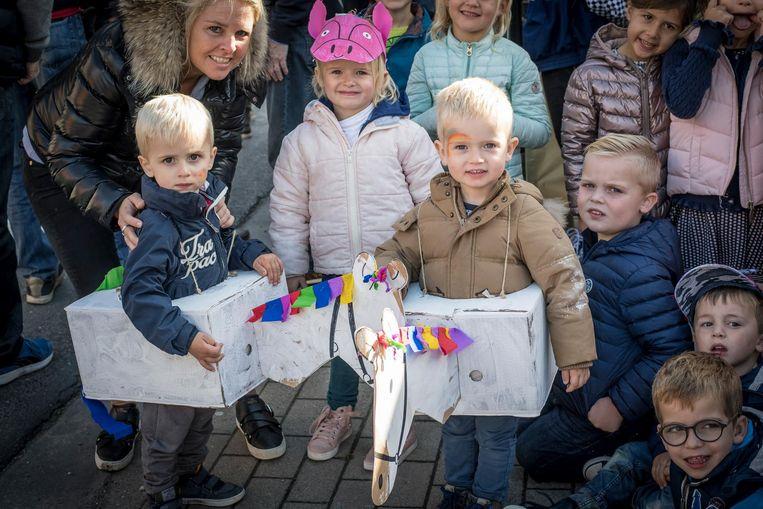 Twee jongetjes van de crèche van Barbara Desmet voelen zich echte jockeys dankzij hun kartonnen paarden.