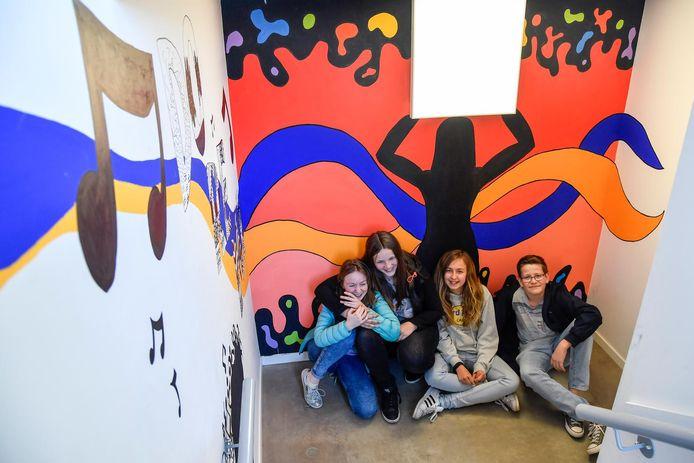 De leerlingen namen de muren van de Academie onder handen.