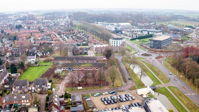 De parkeerplaats onder aan de foto hoort bij D'n Bogerd, in het midden het terrein van De Dijk (met groen en bomen), rechts de Van Heemstraweg.