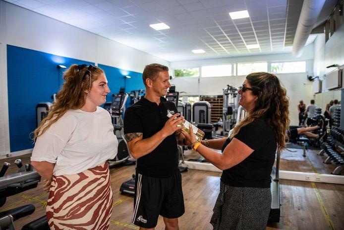 Petra Burgmeijer en dochter Carlijne komen Ricardo van den Belt bedanken voor zijn inzet bij 4Sport. Maar ze blijven hem zien bij buitensportpark Fort Alpha.