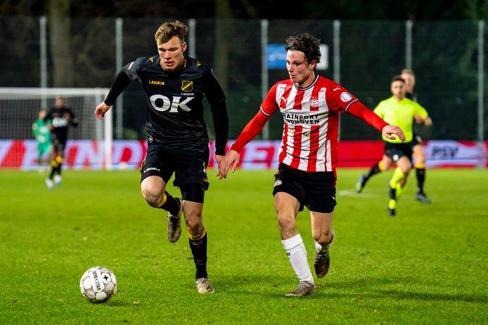 NAC-spits Sydney van Hooijdonk in duel met Mees Kreekels van Jong PSV.