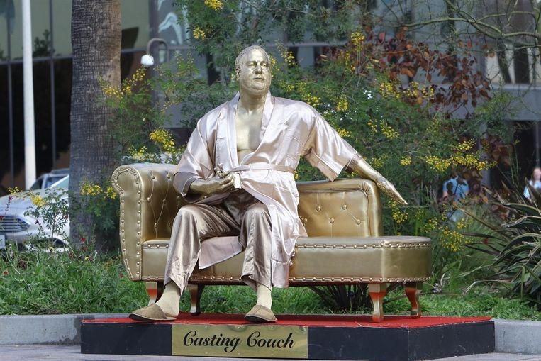 Standbeeld van Harvey Weinstein nabij het Dolby Theatre in Hollywood. Beeld Photo News
