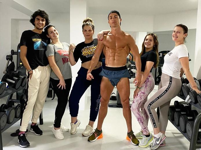 Cristiano Ronaldo et Katia Aveiro, sa soeur (à sa droite)