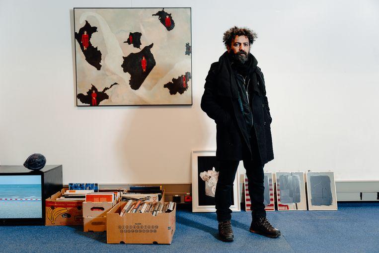 Curator-kunstenaar Ben Benaouisse. 'Het komt zelden voor dat er op structurele wijze wordt nagedacht over het voortbestaan van de kunstenaar.' Beeld Damon De Backer