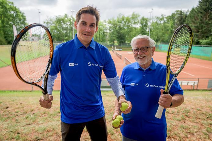 Voorzitter Roy Nijenkamp (links) van TC Veldwijk met toernooileider Peter Blankestijn.